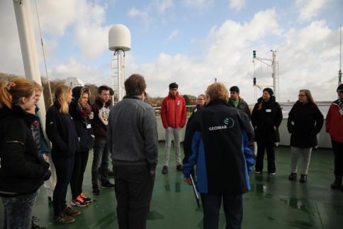Schüler- und Mitarbeiterausfahrt mit FS ALKOR am 13. April 2015 in die Kieler Bucht. Erste Teambesprechung auf dem Peildeck. Foto: G. Seidel, GEOMAR