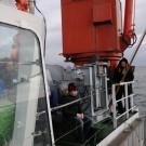Gespannt beobachten die Teilnehmer der Fahrt, wie die Besatzung auf dem Arbeitsdeck mit schwerem Gerät hantiert. Foto: G. Seidel, GEOMAR