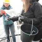 Die betreuende Lehrerin Katja Pasdzierny zeigt Katharina Reimers aus der Verwaltung, wie man die Plankton-Probe umfüllt. Foto: G. Seidel, GEOMAR