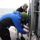 Moritz Lüdemann und Katharina Reimers entnehmen Wasserproben aus der CTD-Rosette. Foto: G. Seidel, GEOMAR