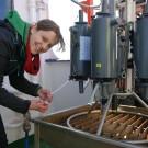 Sinikka Lennartz zapft Wasserproben für die monatlichen Messungen an Boknis Eck ab. Foto: Maike Nicolai, GEOMAR