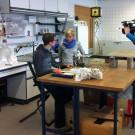 Was verraten Korallen über die Vergangenheit unseres Planeten? Rosanna trifft Jonas von Reumont im Labor. Foto: Maike Nicolai, GEOMAR