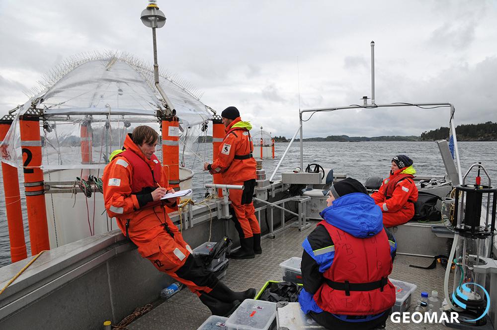 KOSMOS 2015 experiment on ocean acidification at Raunefjord, Bergen. Malte Henk (DIE ZEIT) interviews Verena Kalter (Universität Kiel) and Alice Nauendorf (GEOMAR) while Matthias Haunost (GEOMAR) collects a water sample.