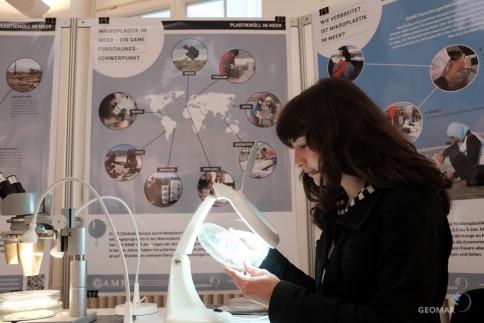 Wie viel Mikroplastik steckt im Strandsand? In der Ausstellung des GAME-Programms können Besucherinnen und Besucher selbst Proben von verschiedenen Küsten untersuchen. Foto: Jan Steffen, GEOMAR