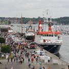 Blick auf die Pier an der Schwentinemündung. Das Forschungsschiff ALKOR war ebenfalls für Besucher geöffnet. Foto: Andreas Villwock, GEOMAR