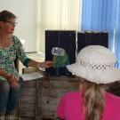 Gleiches Thema, etwas jüngeres Zielpublikum: Kinderbuchautorin Sabine Ebel-Urbanyi faszinierte die kleinsten Besucher mit der Geschichte des kleinen Fischs Dümpel, der sich in einem verschmutzten Meer zurecht finden muss. Foto: Jan Steffen, GEOMAR