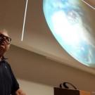... hier zeigt Dr. Stefan Sommer, welche Verbindungen es zwischen Weltraum- und Tiefseeforschung gibt. Foto: Jan Steffen, GEOMAR