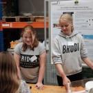 Zahlreiche Jugendliche von Schulen aus Kiel und Umgebung sowie vom GEOMAR-Freitagsforscherclub haben den Tag der offenen Tür mit ihren Projekten mitgestaltet. Hier zeigen Schülerinnen der Kieler Hebbelschule, warum sauerstoffreiches Wasser aus der Nordsee nur schwer in die östliche Ostsee vordringen kann. Foto: Jan Steffen, GEOMAR
