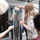Ein weiteres Schülerprojekt: Bau Dein eigenes Plankton und teste, wie schnell es im Wasser versinkt. So konnten Besucher lernen, dass die oft fantastisch anmutenden Formen von Planktonorganismen einem bestimmten Zweck dienen. Foto: Jan Steffen, GEOMAR