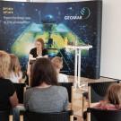 Jugendbuchautorin Katja Brandis liest aus ihrem neuen Buch Floaters. Darin geht es um große Plastikstrudel im Pazifik. Science Fiction auf einem leider sehr aktuellen Hintergrund. Foto: Jan Steffen, GEOMAR
