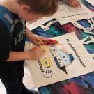 Beim Bemalen von Jutebeuteln konnten die Kinder das Gehörte gleich künstlerisch umsetzen. Foto: Jan Steffen, GEOMAR