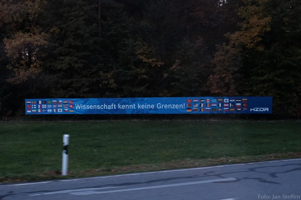 Banner an der Zufahrt zum Helmholtz-Zentrum Dresden Rossendorf.