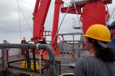Fahrtleiterin Heidrun überwacht das Aussetzmannöver / Chieff scientist Heidrun watching the deployment of the second tripod. Photo: Jan Steffen, GEOMAR