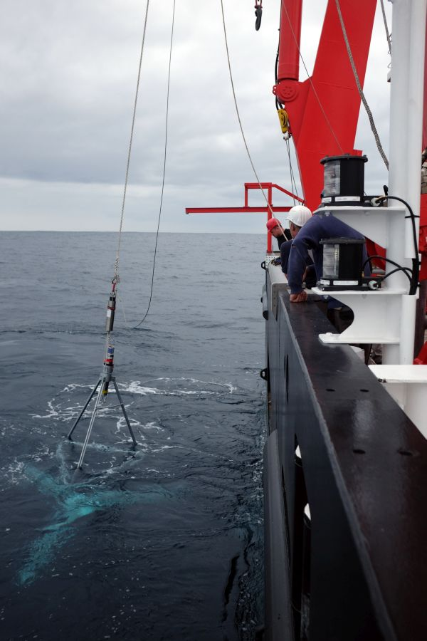 Der erste Tripode des GeoSEA-Arrays wird zum Meeresboden abgefiert / The first GeoSEA-Array tripod is lowered to the seabed. Photo: Jan Steffen, GEOMAR