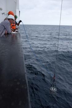Mit Hilfe eines Unterwassermodems werden die Daten der Sensoren amm Meeresboden empfangen / An underwater acoustic modem receives the data from the sensors on the seabed. Photo: Jan Steffen