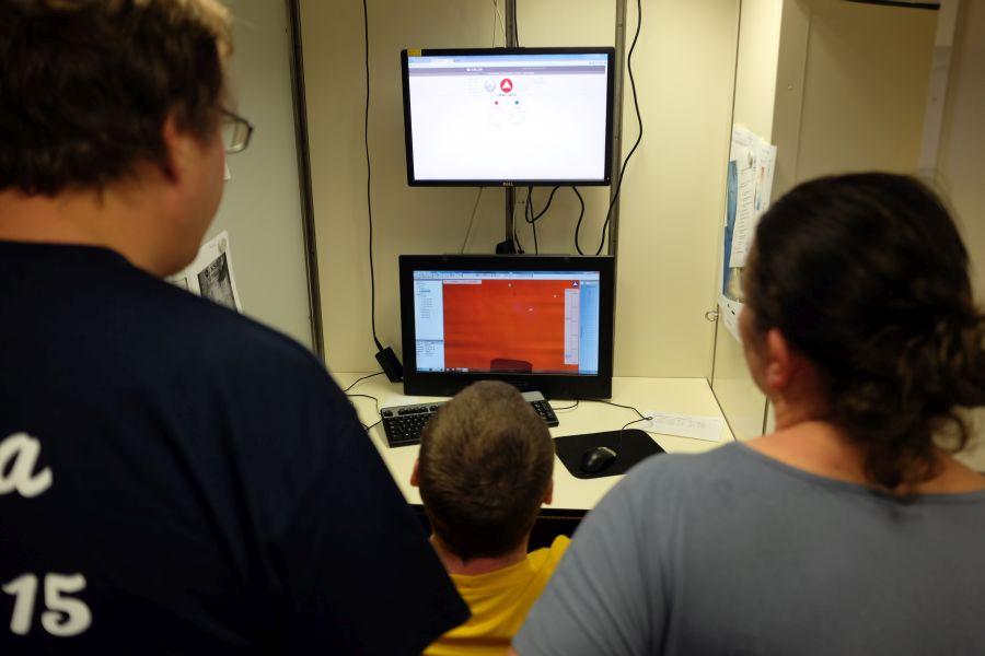 Bei jedem Absetzen Nervenkitzel vor den Monitoren der Datenzentrale / Thrilling moments in the data centre. Photo: Jan Steffen, GEOMAR