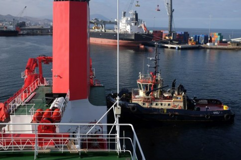 Ein Schlepper hilft beim Anlegen / A tugboat at the stern of the SONNE. Photo: Jan Steffen, GEOMAR