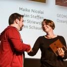 Laudator André Lampe gratuliert Maike Nicolai vom GEOMAR. Foto: Gesine Born, Wissenschaft im Dialog