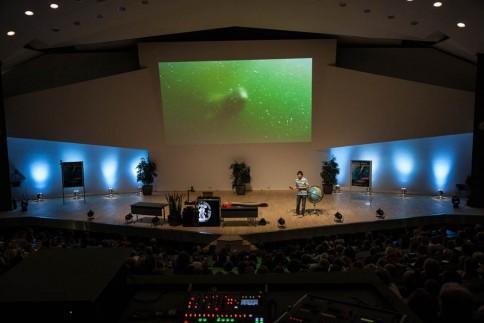 Wenn der Wal Hai auf dem Podium gelegen hätte, hätte Uli Kunz wohl keinen Platz mehr gehabt. Um die Länge dieser Giganten zu demonstrieren schritt er die 12 m auf der Bühne ab. Foto: Jolan Kieschke