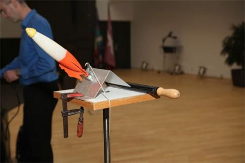 Raketenexperiment während des Vortrags