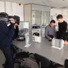 Das ZDF beim Dreh in den GEOMAR-Laboren. Hier werden die Mageninhalte der gestrandeten Pottwale untersucht. Foto: R. Dettmann, GEOMAR
