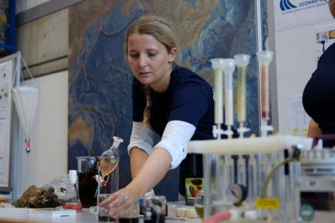 So entdeckt diie Forschung Wirkstoffe in marinen Mikroorganismen. Foto: Jan Steffen, GEOMAR
