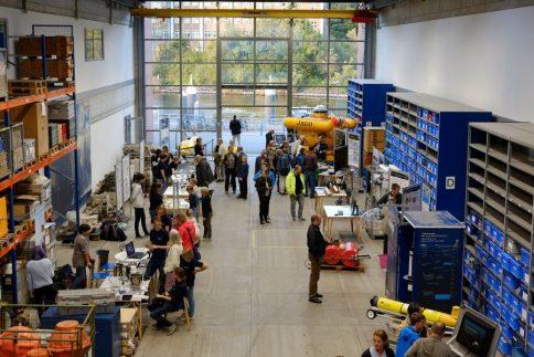 Viele interessierte Besuchherinnen und Besucher in der GEOMAR-Lithothek. Foto: Jan Steffen, GEOMAR