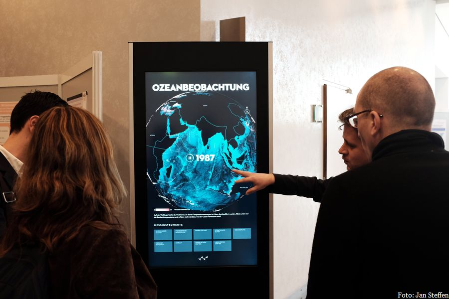 Konrad Rappaport vom SciCom-Lab in Kiel stellt in Bielefeld das Interaktive Poster zur Ozeanbeobachtung vor. Foto: Jan Steffen