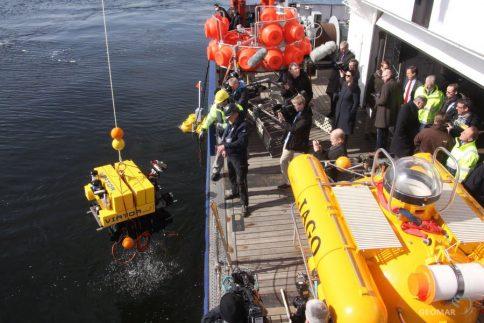 VIATOR kehrt vom Meeresboden zurück. Medien und Ministerpräsidenten schauen zu. Foto: Andreas Villwock, GEOMAR