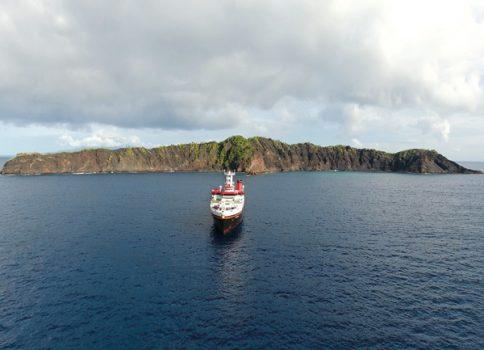 Das Forschungsschiff SONNE vor den Resten der einst 800 Meter hohen Vulkaninsel Ritter-Island. Foto: GEOMAR
