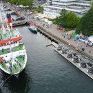 Von 10 bis 17 Uhr konnten gestern Gäste das Forschungsschiff ALKOR besichtigen. Rechts im Bild ist außerdem das Ausstellungszelt der Kieler Meereswissenschaften zu sehen, das noch bis Sonntag jeweils 12 bis 18 Uhr geöffnet ist. Foto: Sarah Kaehlert, GEOMAR