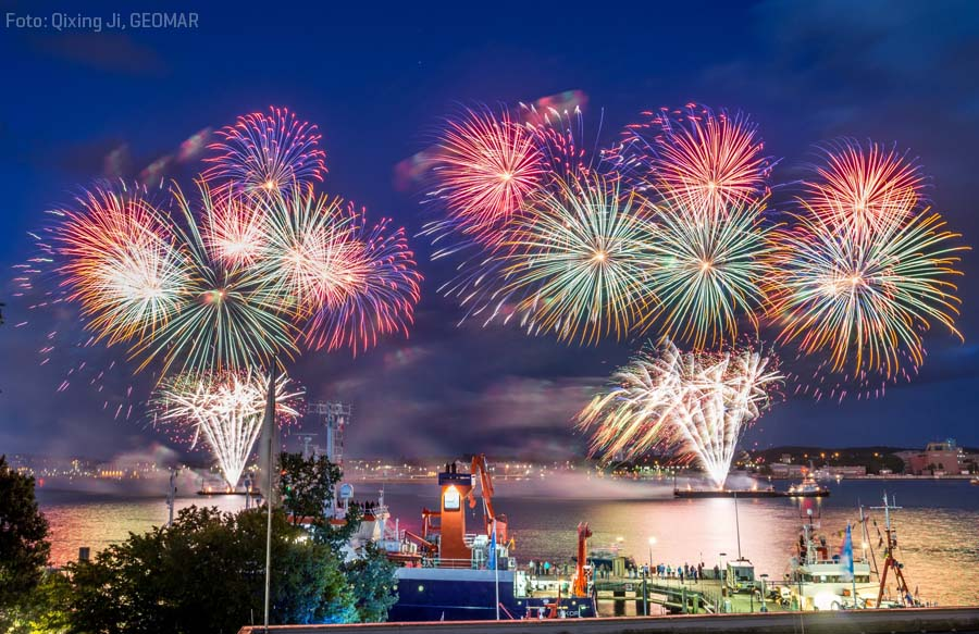 Final fireworks of Kiel Week 2017 with RV ALKOR in the foreground. Photo: Qixing Ji, GEOMAR