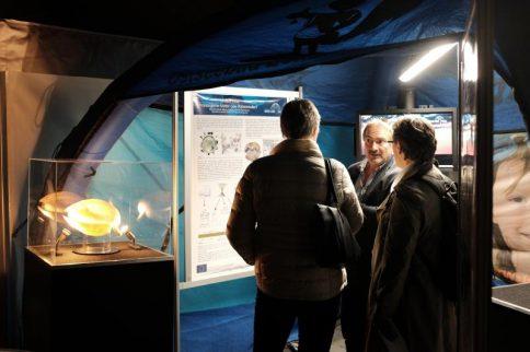 """Wie hier bei der European Researchers Night 2017 präsentiert das Projekt BASE-LiNE Earth noch bis Freitag im Zelt """"kieler uni live"""" wie man mit den Schalen von Brachiopoden 500 Mio. Jahre Ozeangeschichte rekonstruieren kann. Foto Jan Steffen"""