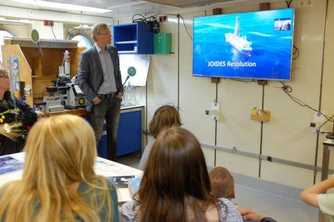 Live mit dem Bohrschiff JOIDES RESOLUTION verbunden: Besucherinnen und Besucher konnten einer GEOMAR-Forscherin und einem GEOMAR-Forscher am anderen Ende der Welt FRagen stellen. Foto: Jan Steffen