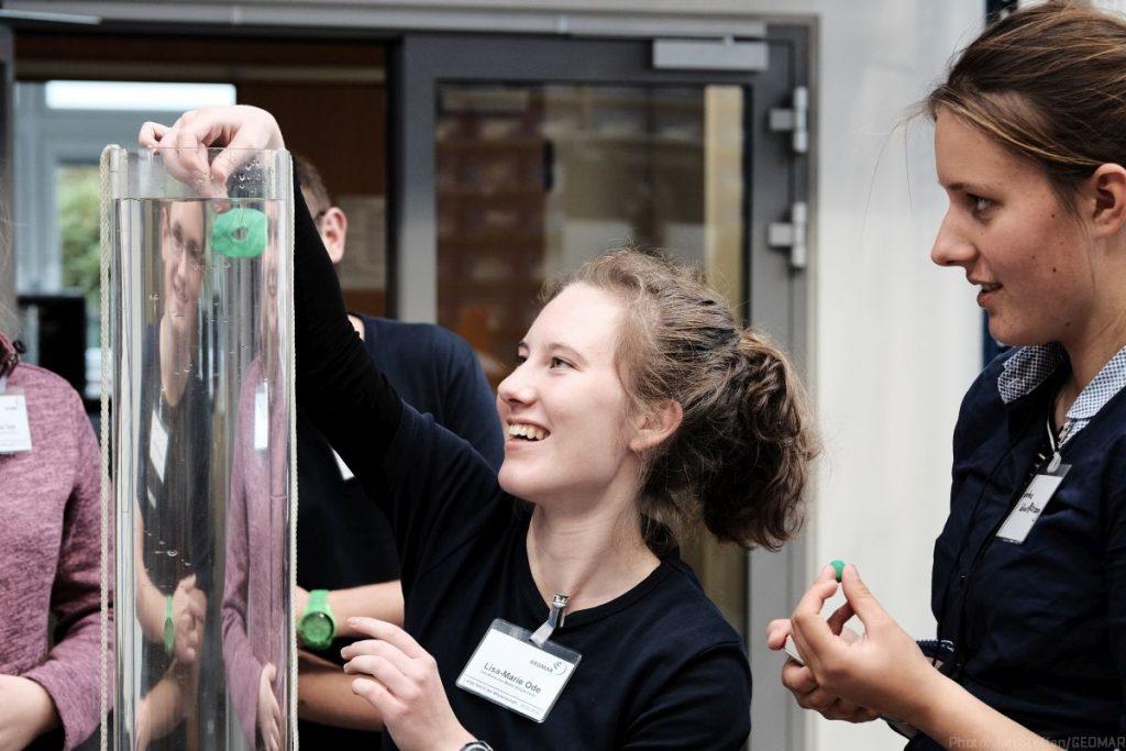 Schülerinnen und Schüler der GEOMAR-Schulprogramme demonstrierten, warum Plankton im Wasser schwebt.
