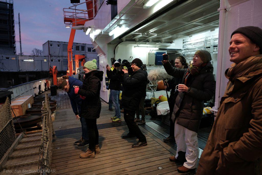 Beim Auslaufen der ALKOR ist für enen Moment das wissenschaftliche Ziel des tages vergessen: Alle bewundern den Sonnenaufgang. Foto: Jan Steffen