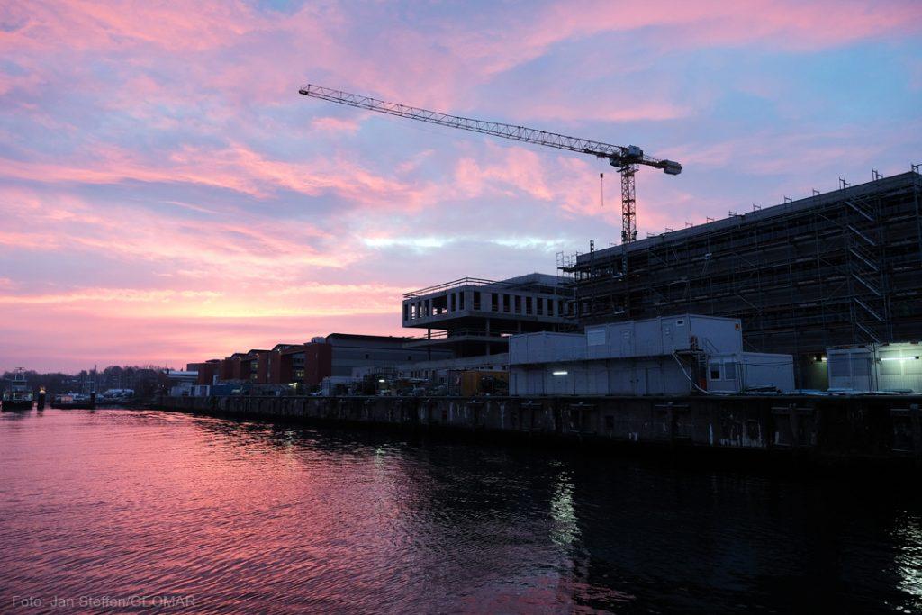 Ein kalter Morgen hat auich seine schönen Seiten: Sonnenaufgang über dem Seefischmarktgelände in Kiel. Foto: Jan Steffen