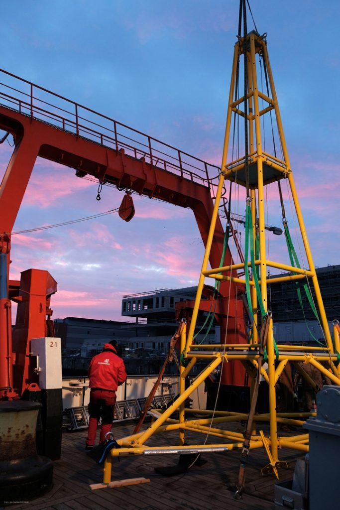 Noch steht das neue CoastSens-Gestell auf dem Achterdeck der ALKOR. Foto: Jan Steffen