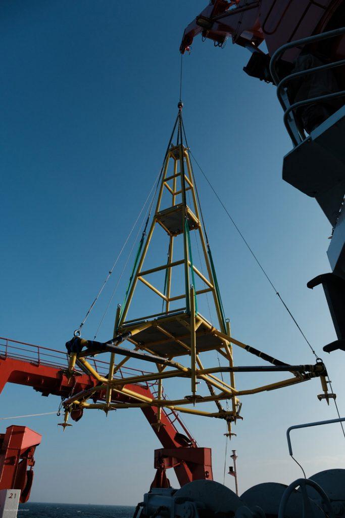 Der Kran der ALKOR hebt das 8 Meter hohe Gestell an... (Foto: Jan Steffen)