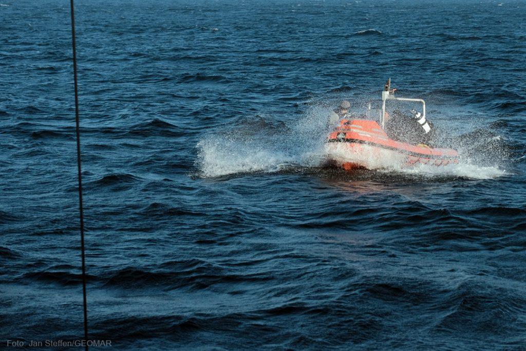 Für das Beiboot der ALKOR ist die See rau. Foto: Jan Steffen