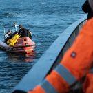 Erst als die vier Räder unter Wasser sicher montiert sind, ist der Einsatz für die Forschungstaucher beendet. Foto: Jan Steffen