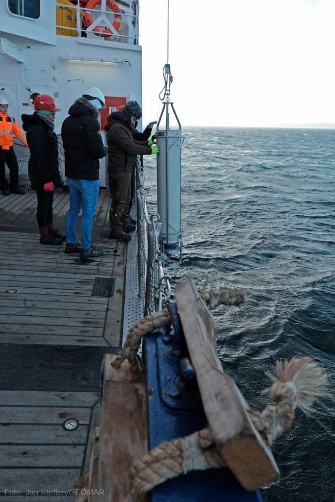 """Die Aktion verlief so reibungslos, dass noch Zeit für einen gerätetest bleibt. Der """"SnowCatcher"""" soll später im Atlantik Marinen Schnee einfangen. Foto: Jan Steffen/GEOMAR"""