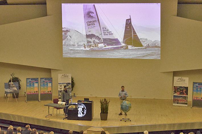Boris Hermann und Dr. Toste Tanhua erklären während der Kinderuni im Dezember, wie Wissenschaft und Segelsport zusammenpassen.