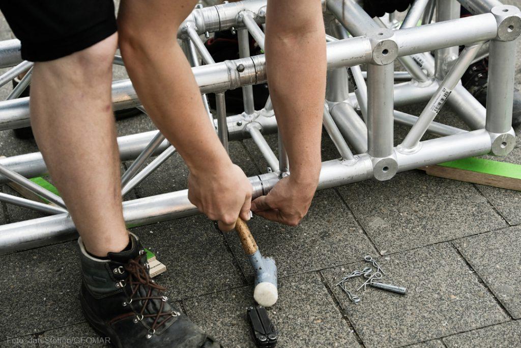 Beim Aufbau muss ordentlich Hand angelegt werden. Photo: Jan Steffen / GEOMAR