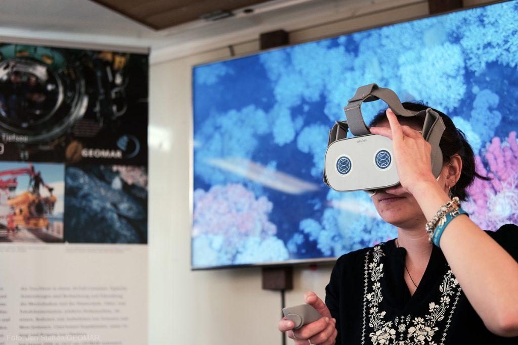 Abtauchen mit der VR-Brille. Photo: Jan Steffen / GEOMAR