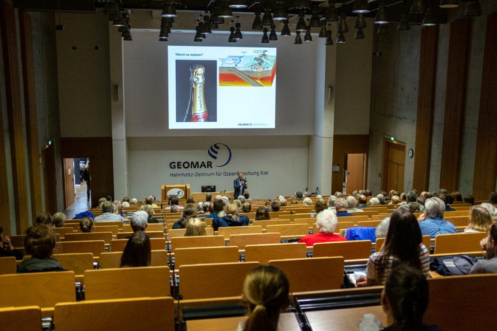 Auch in den Hörsaal zog es viele interessierte Besucherinnen und Besucher. Foto: Jan Steffen/GEOMAR