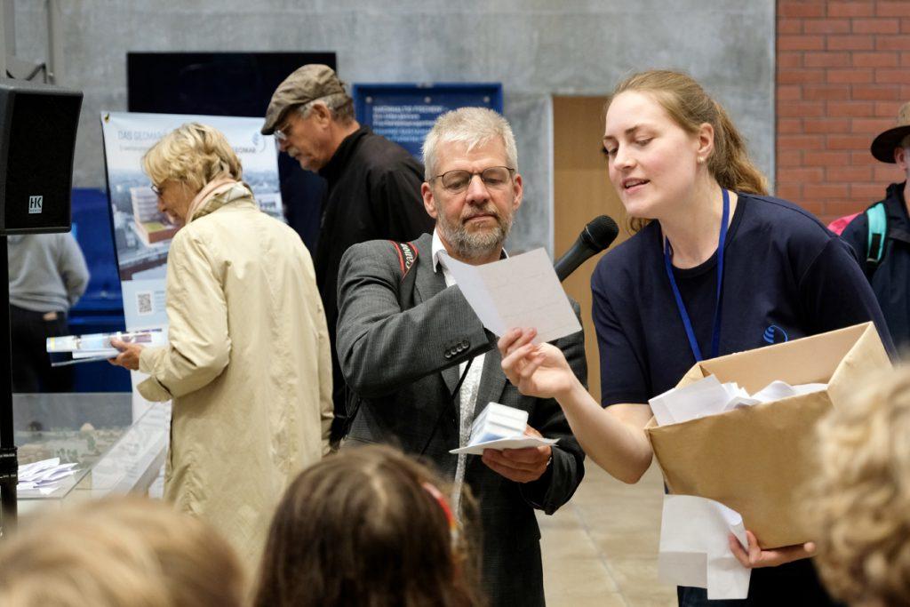Die Gewinner der Verlosung werden bekannt gegeben. Foto: Jan Steffen/GEOMAR