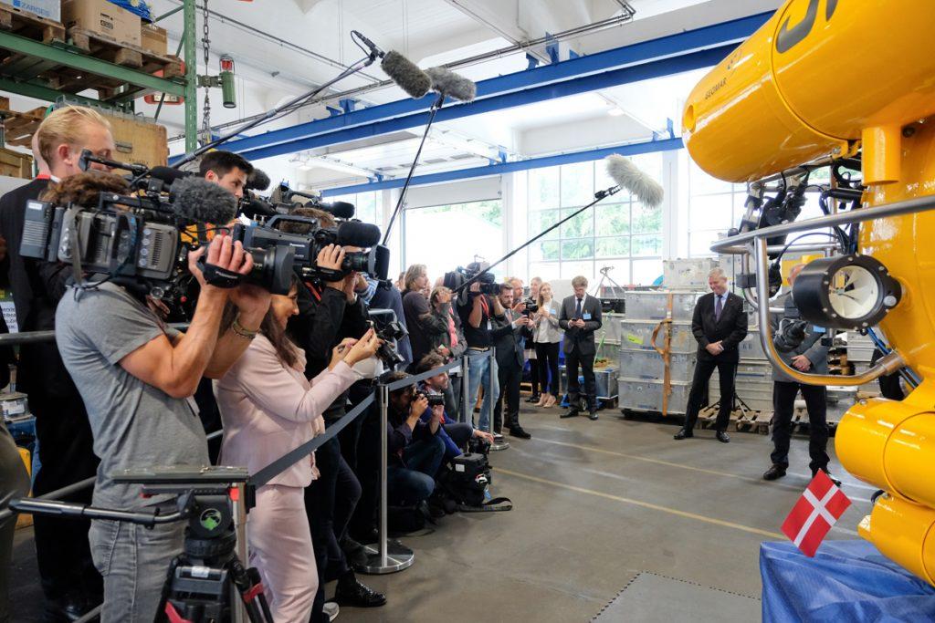Die Presse verfolgt den Besuch aufmerksam. Foto: Nikolas Linke/GEOMAR
