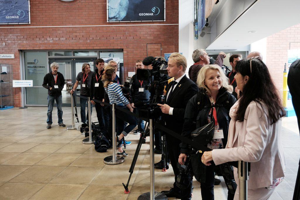 Die Presse wartet auf Ihre Majestät im Foyer des GEOMAR. Foto: Niklas Linke/GEOMAR