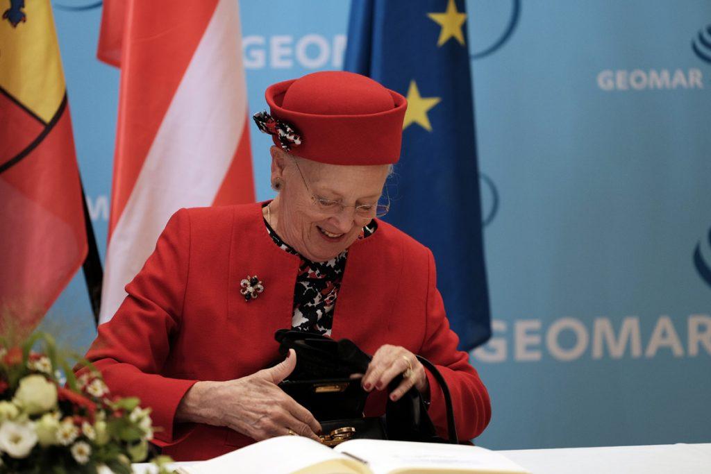 Ihre Mjestät trägt sich in das Gästebuch des GEOMAR ein. Foto: Nikolas Linke/GEOMAR